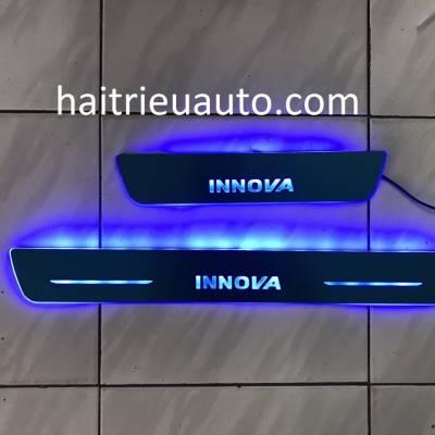 nẹp bước chân đèn led cho xe innova